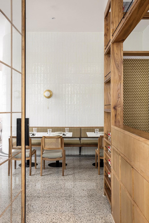 重庆高档一小间泰食餐厅实木家具案例